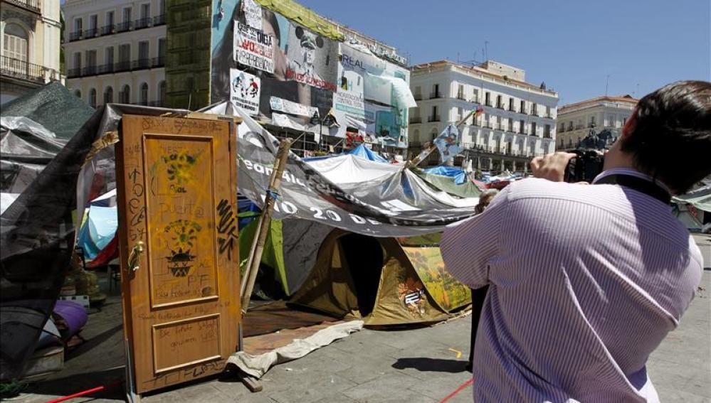 """La acampada de Sol mantiene su pulso mientras debate su """"reestructuración"""""""