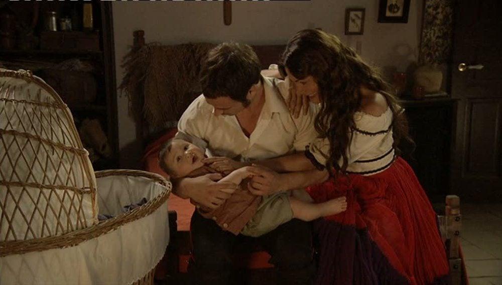 Lola y Miguel, unidos a la fuerza por Mateo