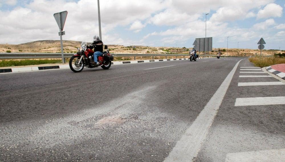 Un motorista circula junto a los restos del accidente