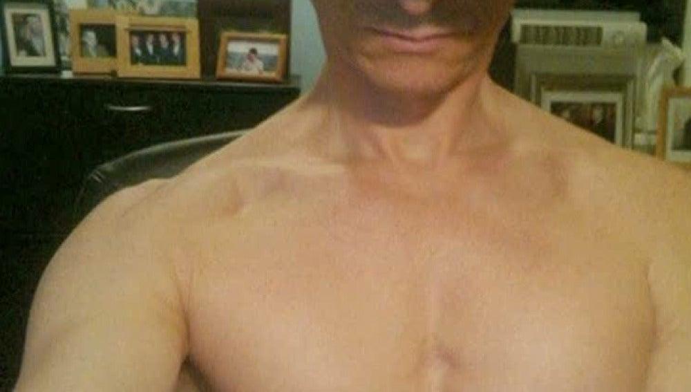 Anthony Weiner con el torso desnudo