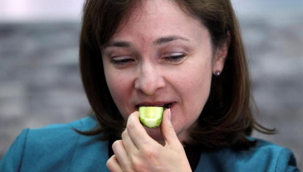 La ministra rusa de Comercio y Desarrollo, Elvira Nabiullina, come un pepino de origen ruso