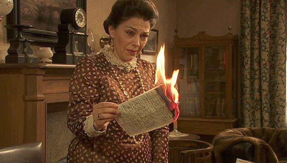 Francisca quema las cartas de amor de Raimundo