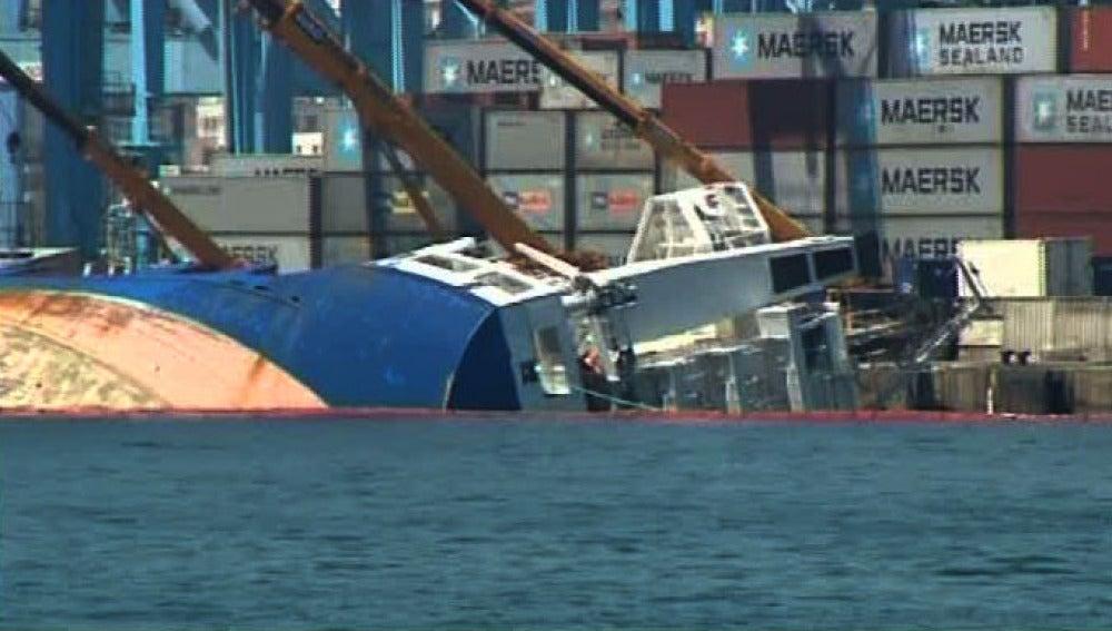 Barco escorado en Algeciras