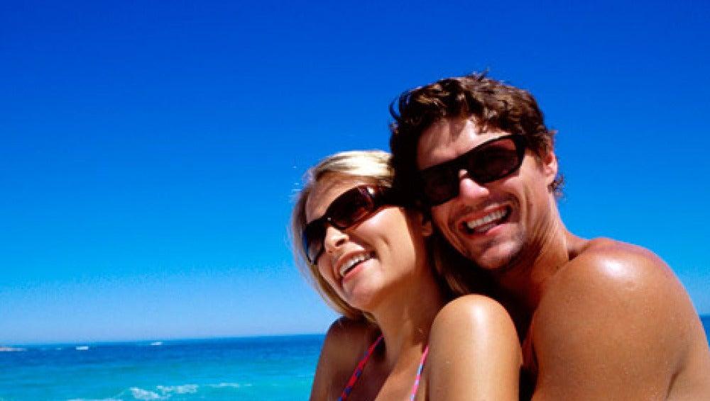 Una pareja tomando el sol en la playa