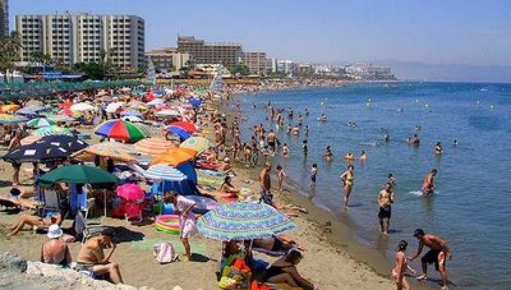Una playa española llena de veraneantes