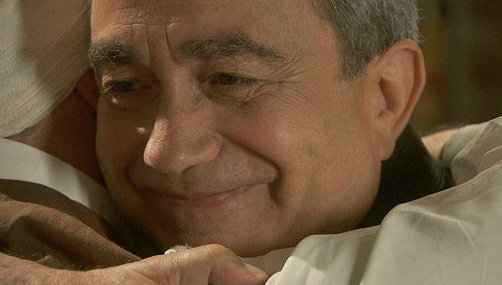 Don Anselmo consigue sacarle una sonrisa a Raimundo