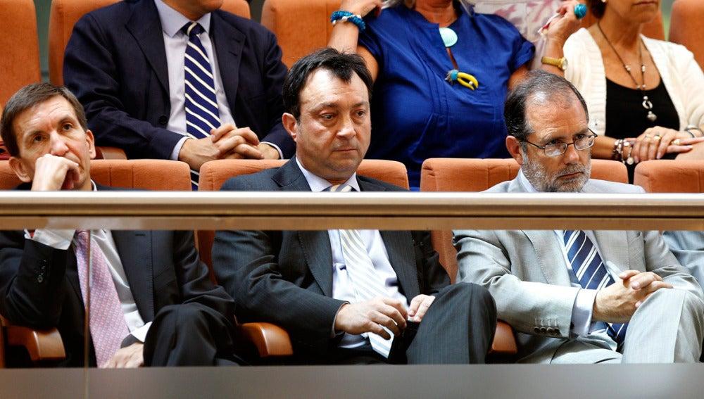 Manuel Cobo sigue la primera sesión del debate de investidura de Esperanza Aguirre