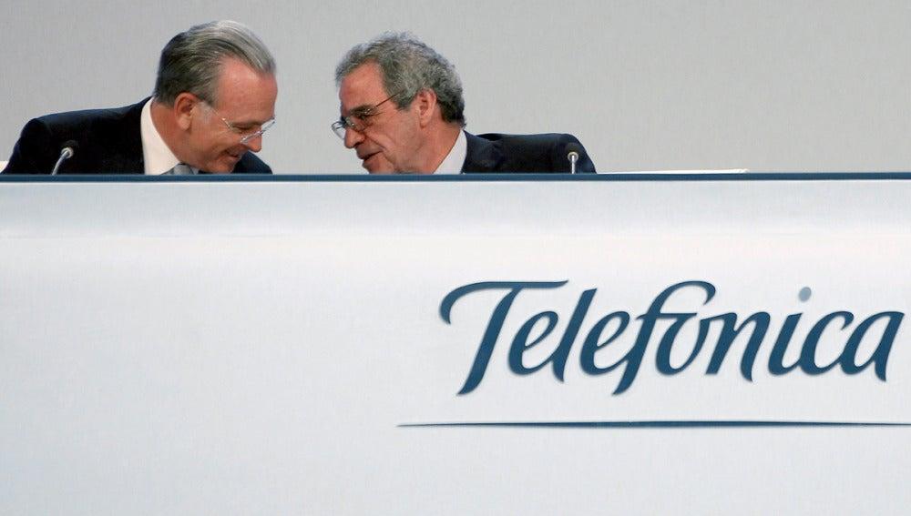 El presidente de Telefónica, César Alierta, con el presidente de la CECA, Isidro Fainé