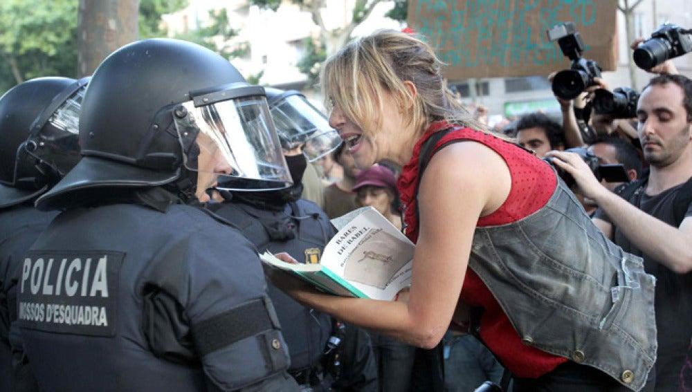 Una 'indignada' frente a un Policía