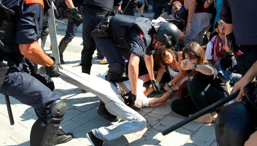 Enfrentamientos entre agentes de policía e 'indignados' frente al Parlament / Imágen de archivo