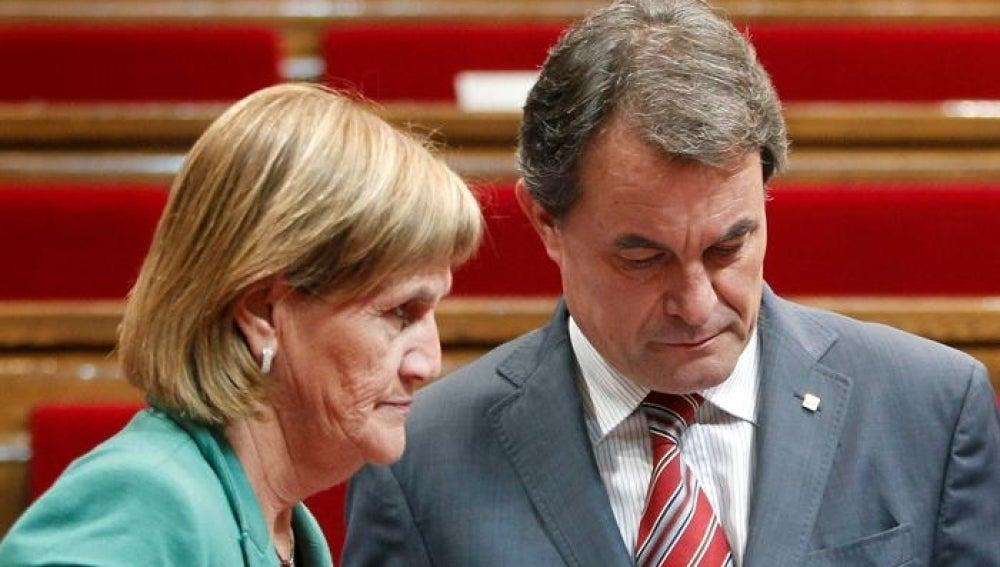 El presidente de la Generalitat, Artur Mas conversa con la presidenta de la cámara, Núria de Gispert