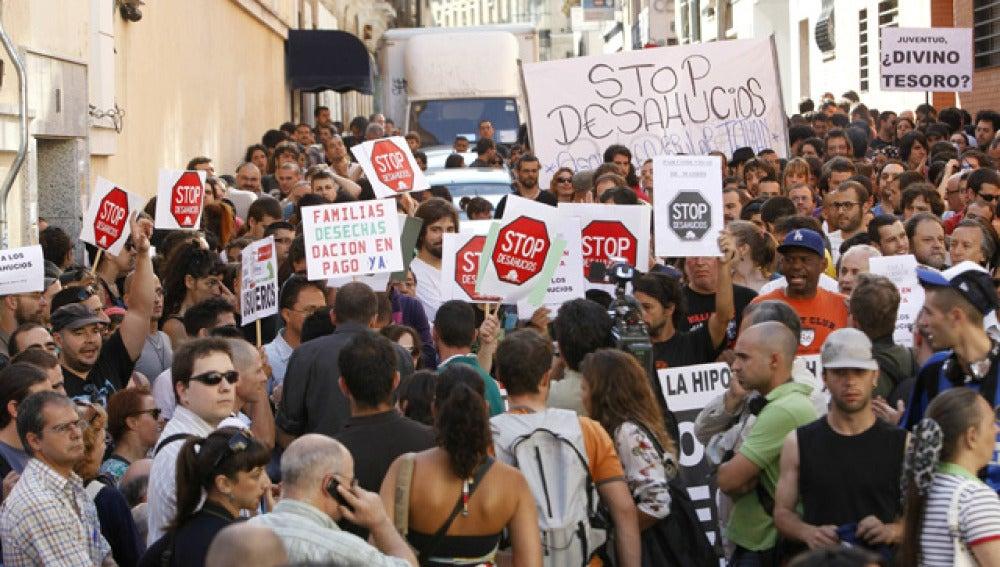 Evitan el desahucio de una familia en Madrid