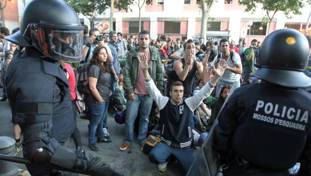 Los 'indignados' catalanes se manifiestan a las puertas del Parlament / Imagen de archivo