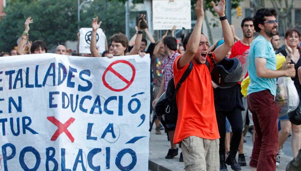 Jóvenes protestan frente al Parlament