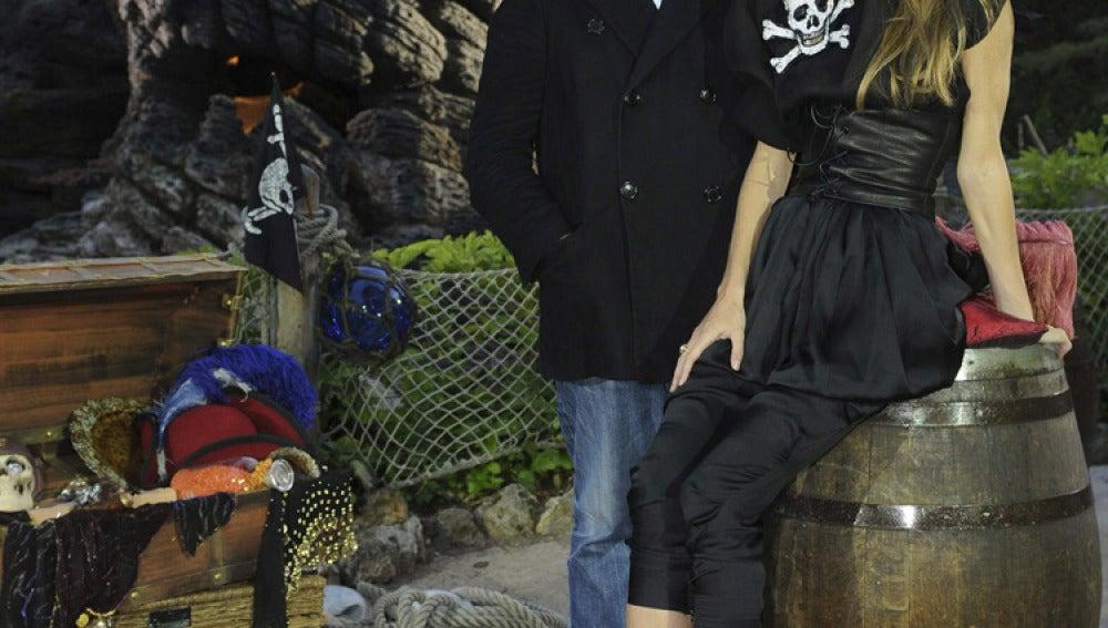 Miguel Palacio posa junto a su musa en la colección 'pirata', Vega Rollo Villanova.