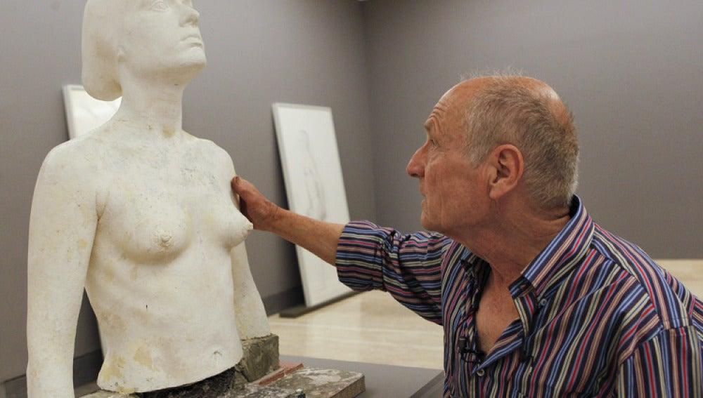 El artista Antonio López junto a una de sus obras.
