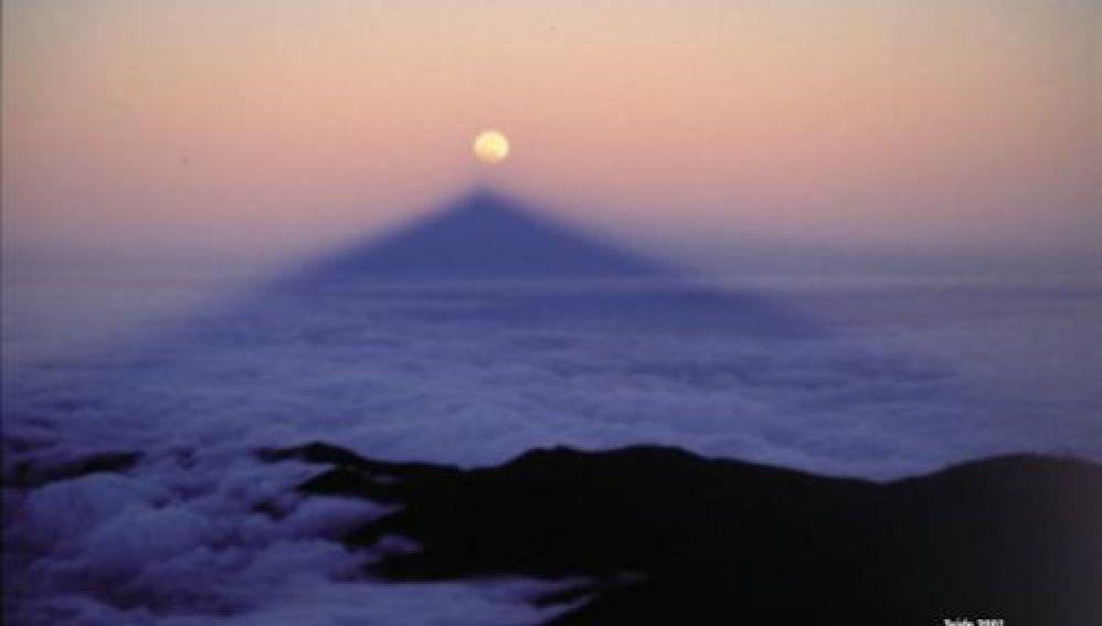 La luna sobre la sombra del Teide