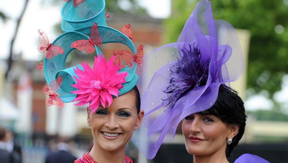 Dos mujeres lucen un tocado en Ascot.