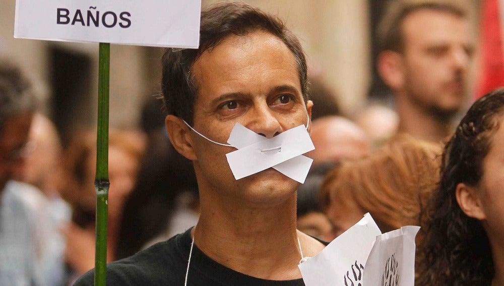 Un 'indignado' con la boca tapada en señal de protesta en Barcelona
