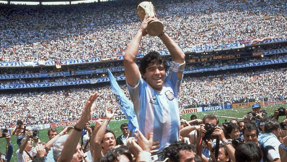 Maradona alzando la copa del Mundial de 1986