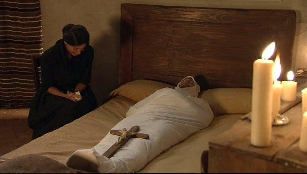 Carmen desolada ante el cadáver de Tomás