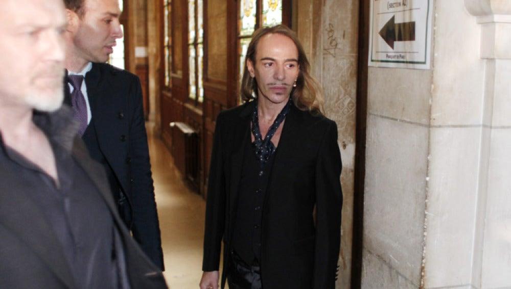 El diseñador John Galliano a su llegada al tribunal de Paris donde se le juzga por injurias racistas.