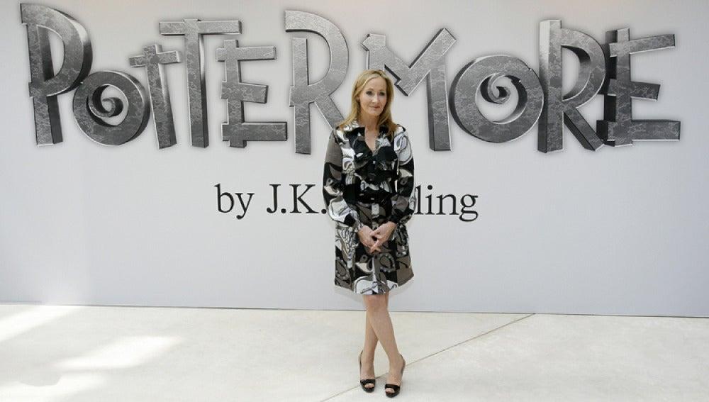 Rowling posa en el museo londinense de Victoria y Alberto en la presentación del proyecto.