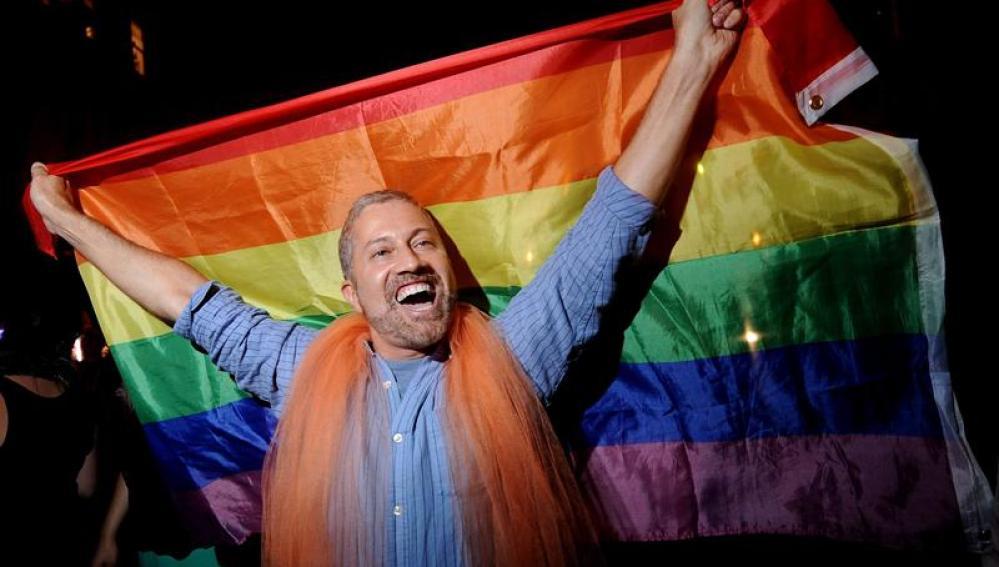 Un gay celebra la legalización del matrimonio homosexual