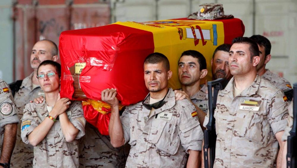 Soldados españoles trasladan el féretro de Niyireth Pineda Marín