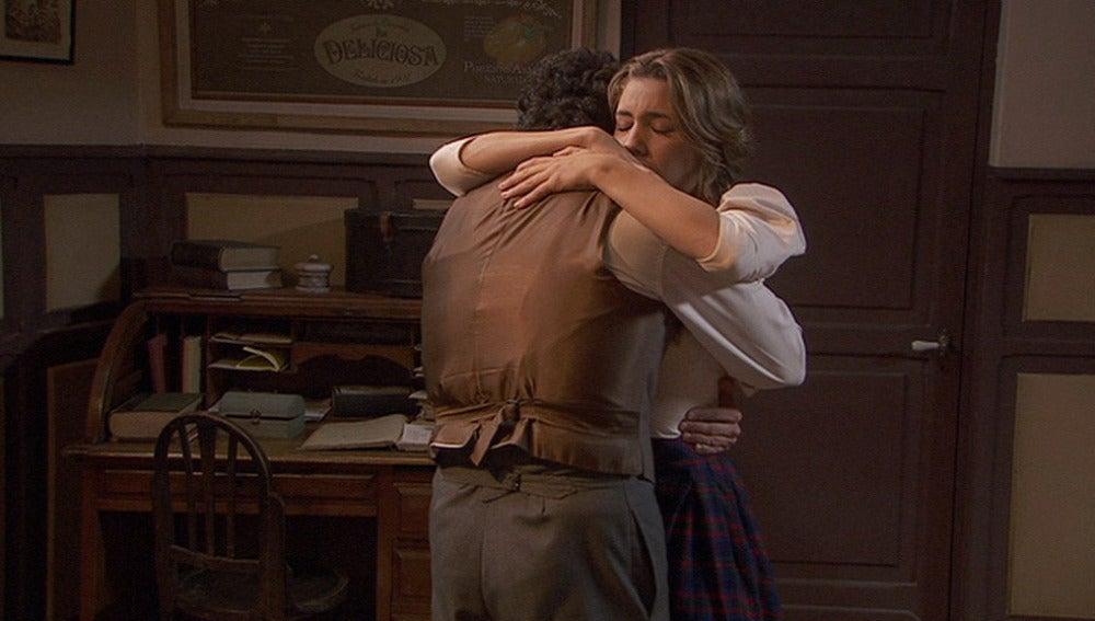 Emilia abraza a Sebastián