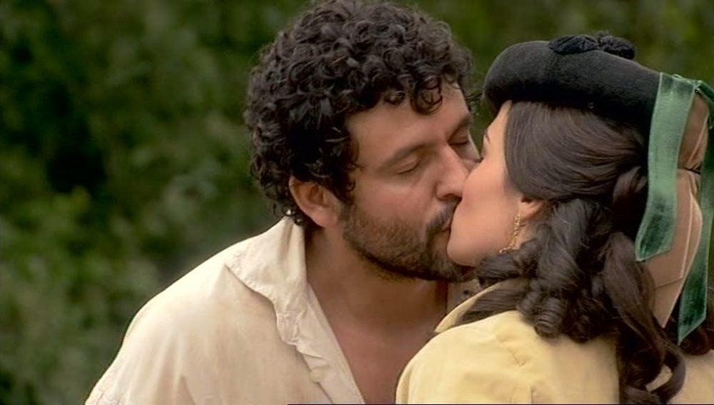 Roberto y Eugenia, se besan