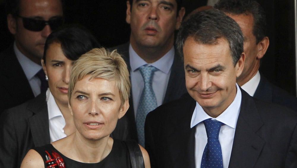 Zapatero con su mujer Sonsoles a la salida del debate