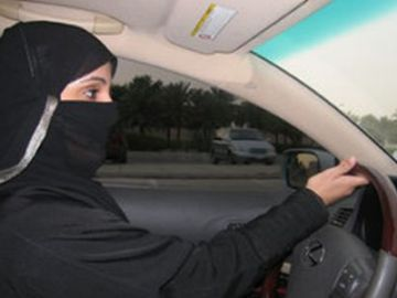 Una mujer conduciendo en Arabia Saudí