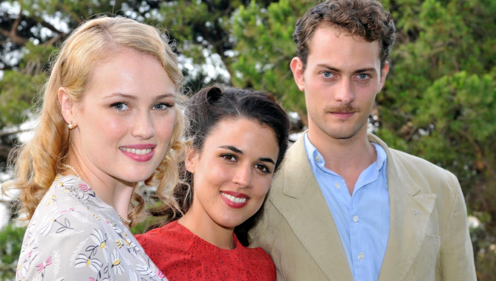 Hannah New, Adriana Ugarte y Peter Vives
