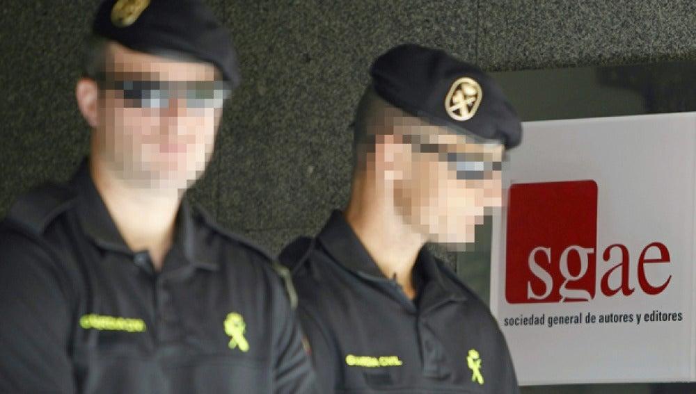Agentes en la sede de la SGAE