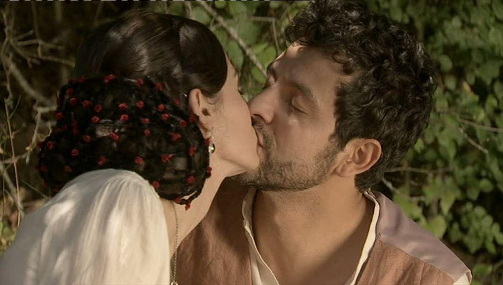 Eugenia y Roberto se besan