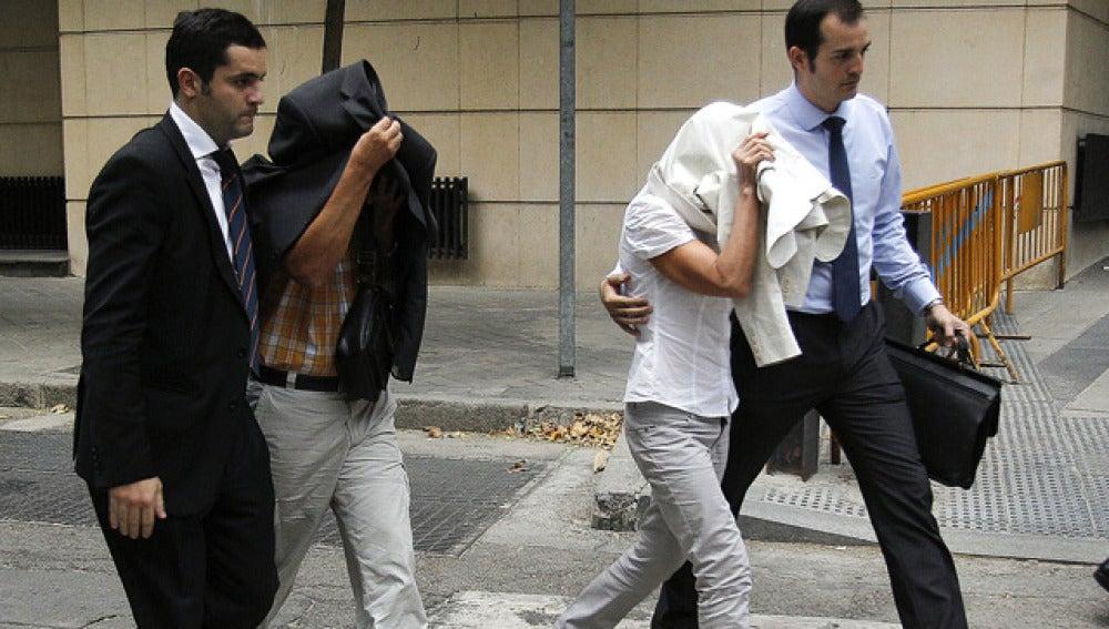 Elena Vázquez  y Celedonio Martín, a su salida de la Audiencia Nacional