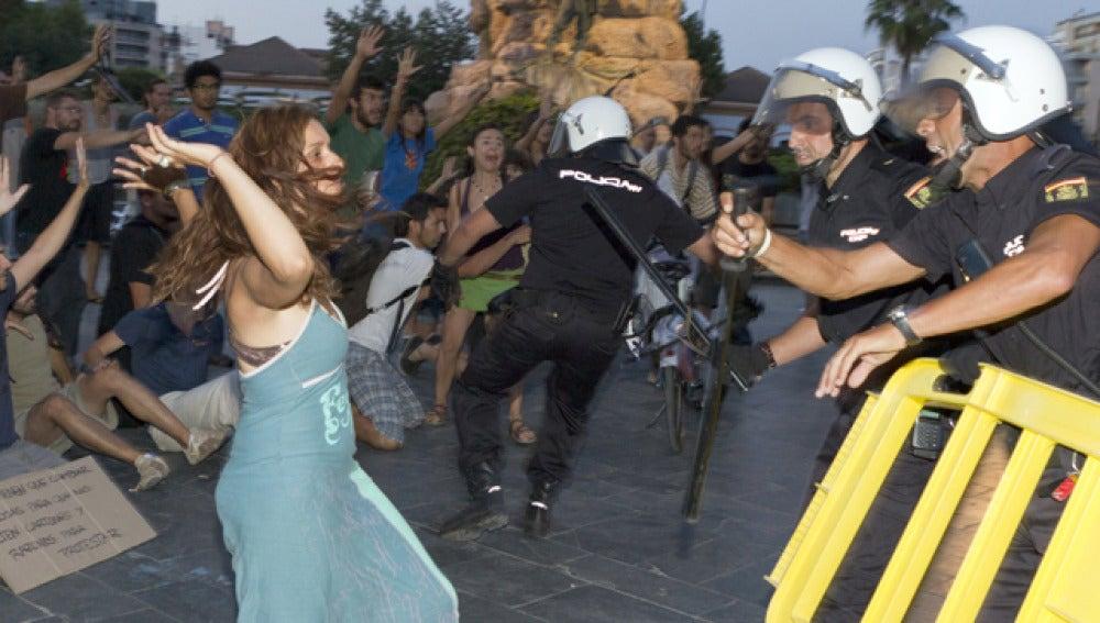 La Policía disuelve a los manifestantes del 15M (05-07-2011)