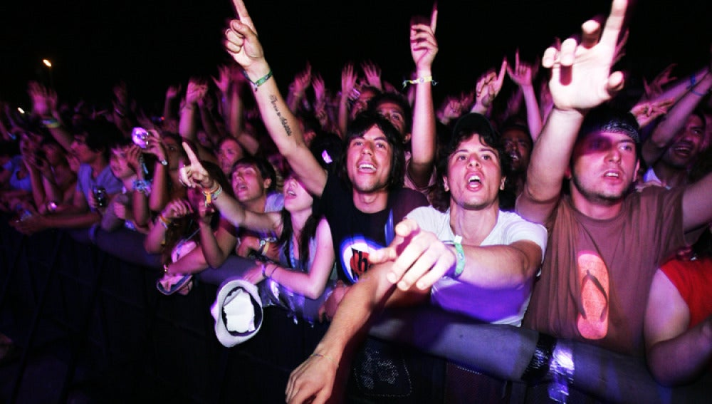 Cientos de jóvenes siguen un concierto del FIB en 2009.