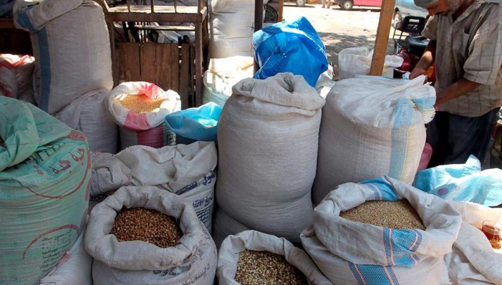 Selección de legumbres y cereales en un mercado en El Cairo