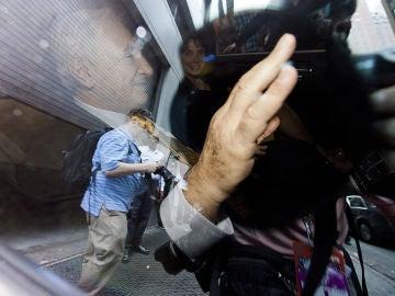 Strauss-Kahn saliendo de la oficina de sus abogados