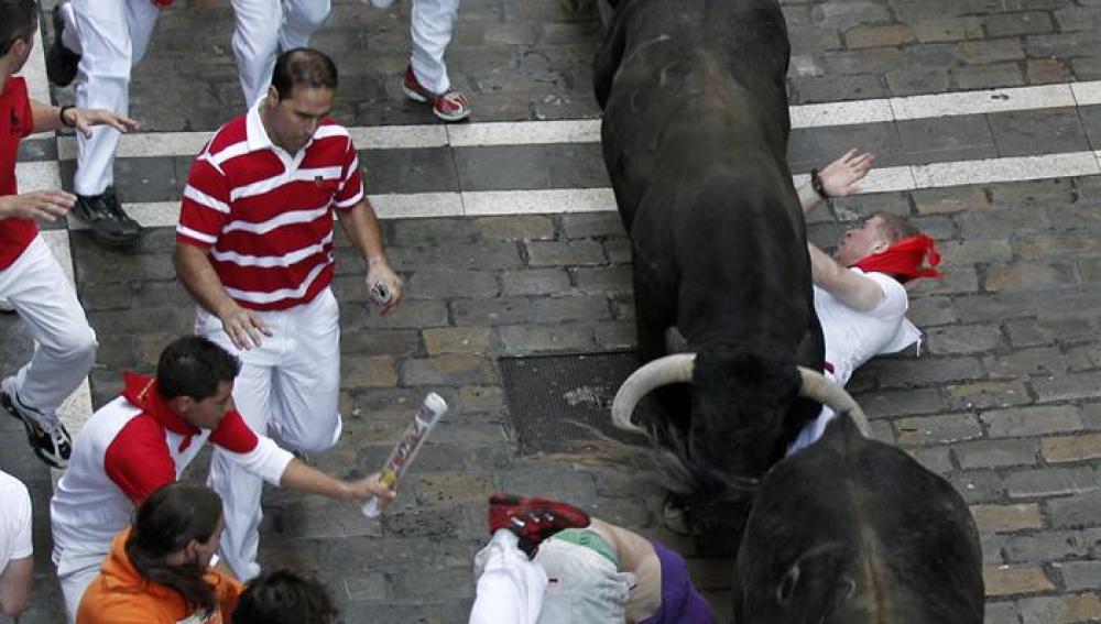 Los toros de Cebada Gago pasan por encima de un accidentado mozo.