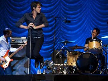 """El grupo británic """"Suede"""" durante el concierto ofrecido esta noche en Bilbao"""