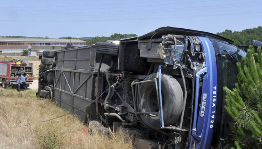 Autobús volcado en Girona
