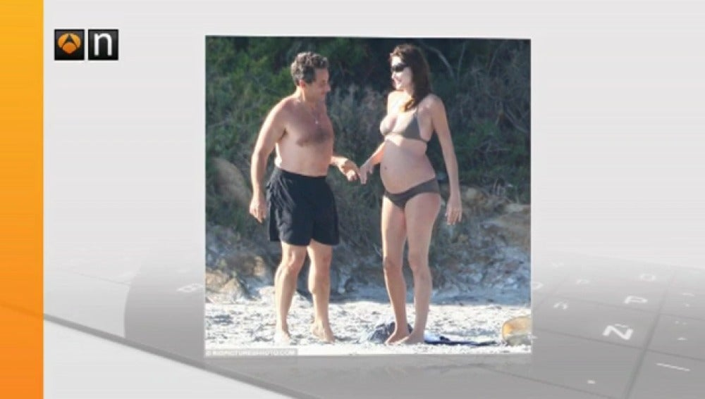 Carla Bruni, embarazada y en biquini