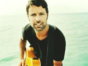 David Ascanio en un momento del videoclip del tema 'Lo que tu me dejes'