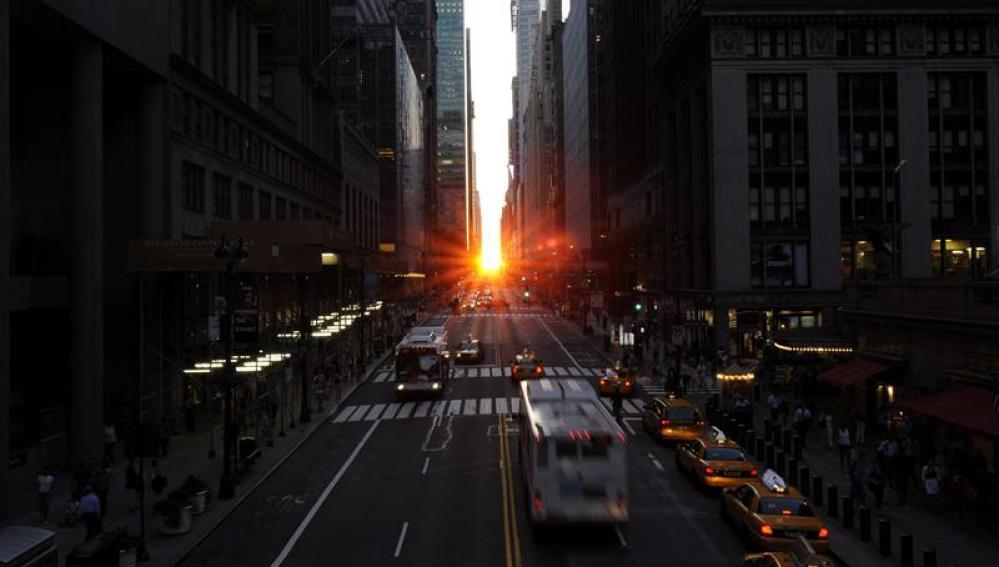 El sol se pone entre los edificios