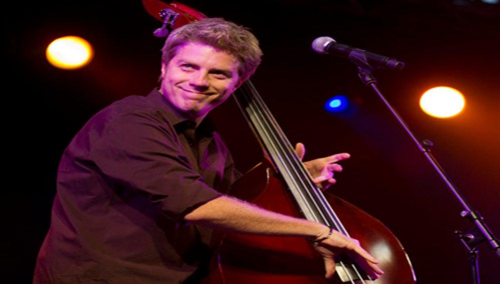 El músico Kyle Eastwood en un momento de su actuación en Vitoria.