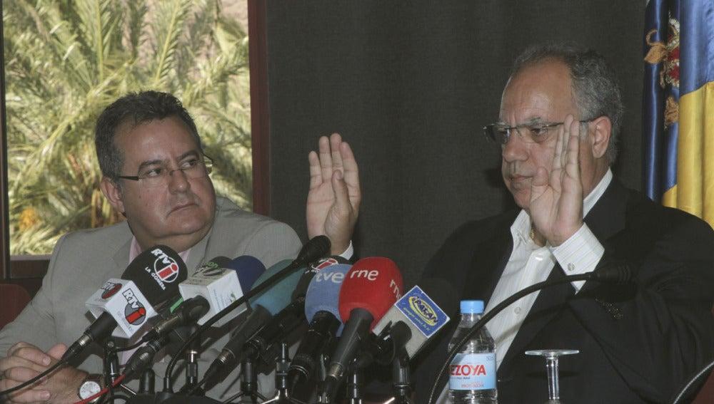 Casimiro Curbelo, acompañado por el vicepresidente del Cabildo, Gregorio Medina