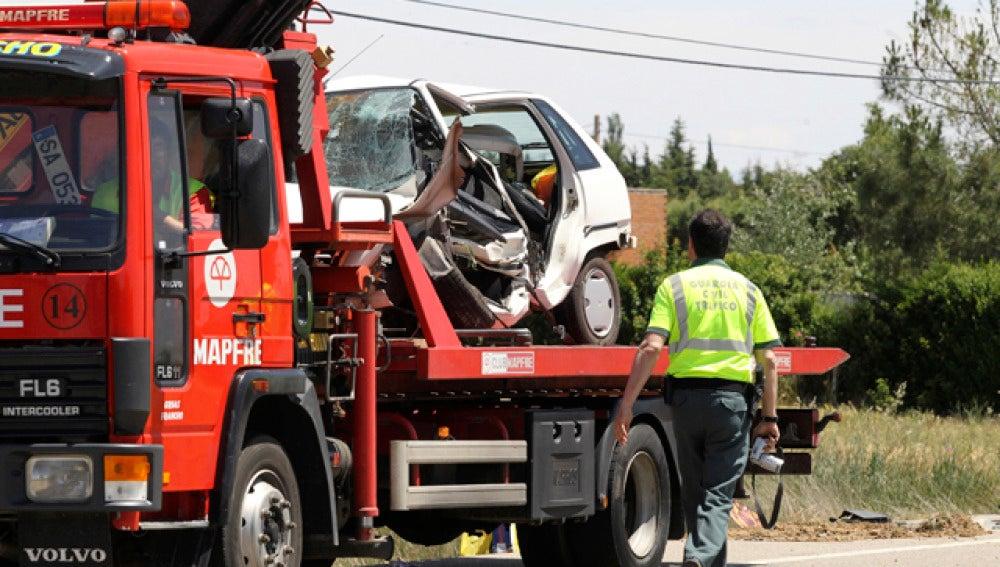 Una grúa se lleva un vehículo tras un accidente